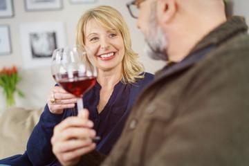 ehepaar genießt zuhause ein glas rotwein