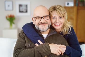 glückliches best-ager paar zu hause