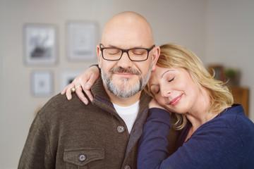 verliebtes älteres paar umarmt sich