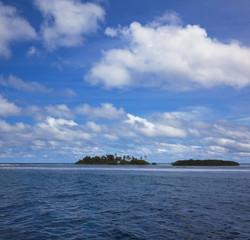 Einsame Malediveninsel mit Palmenstrand