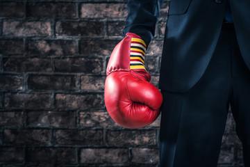 ボクシンググローブ,スーツの男性