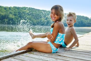 Kinder plantschen und spritzen mit Wasser