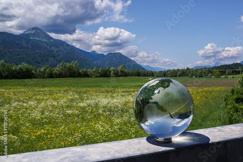 Landschaft mit Glas-Weltkugel