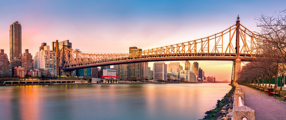 Zelfklevend Fotobehang Brug (Ed Koch) Queensboro bridge panorama at sunset, as viewed from Roosevelt Island