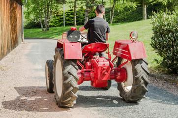 tracteur ancien, rouge en extérieur