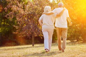 Zwei Senioren gehen spazieren im Sommer Fototapete