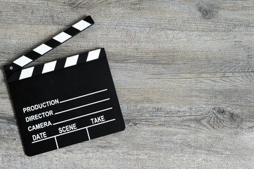 Ciak da regista. Simbolo del cinema e rappresentazione simbolica di inizio, partenza o presentazione. Sfondo personalizzabile