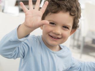 Niño con la mano abierta