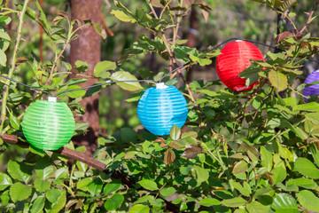 бумажные цветные шары для декорирования дачного участка