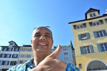 Mann macht Selfie in Zürich