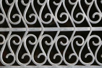 Metallgitter als Hintergrund im Querformat, dekoratives Metallgitter mit fortlaufendem Muster
