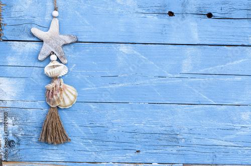 maritime dekoration auf blauem holzhintergrund mit holzschiff seestern muscheln treibholz ud. Black Bedroom Furniture Sets. Home Design Ideas