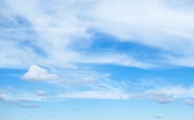 Белые облака в голубом небе