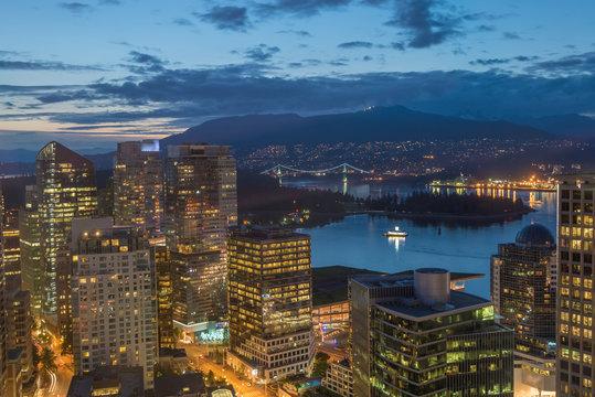 Ausblick auf Downtown Vancouver und Lions Gate Bridge bei Nacht
