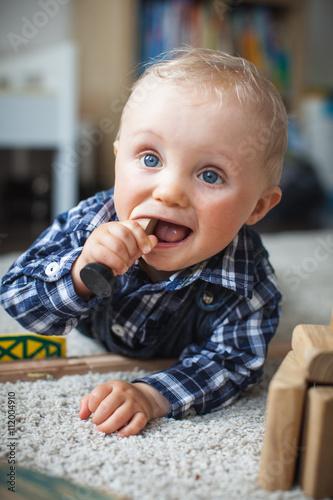 Quot baby isst spielzeug stok görseller ve telifsiz