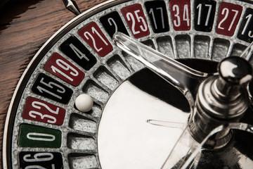 Dettaglio pallina dentro roulette in legno.