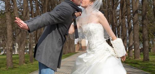 Пара, счастливая Новобрачная женщина и мужчина поцелуи в зеленый Парк.