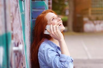 frau telefoniert und schaut lachend nach oben