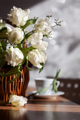 Букет белых тюльпанов в плетеной корзине