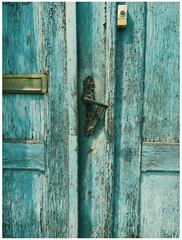 stare drzwi do kamienicy