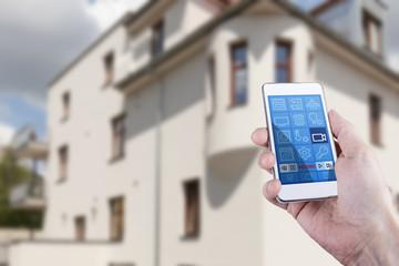 Mann überwacht seine Wohnung und steuert Kameras mit Smartphone