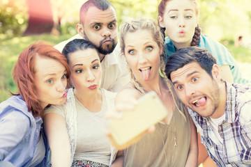 gruppe macht selfi