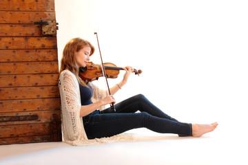 Frau spielt entspannt Geige