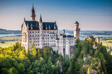 Fototapeten Schloss Famous Neuschwanstein Castle with scenic mountain landscape near Füssen, Bavaria, Germany