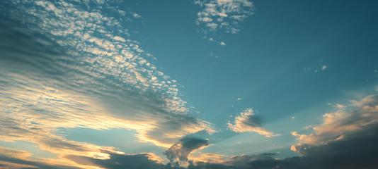 Raggi di sole in un bellissimo tramonto