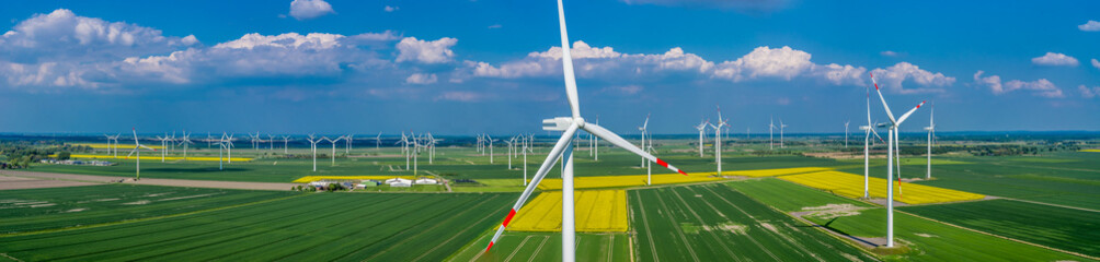 Panorama Luftbild und Nahaufnahme einer Windenergieanlage in einem Windpark mit Rapsfeld