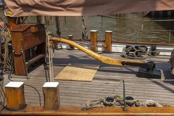 Ruderpinne und Teakdeck eines historischen Segelschiffes in Hamburg
