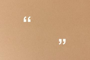 Leere Anführungszeichen aus Papier als Hintergrund für Zitate