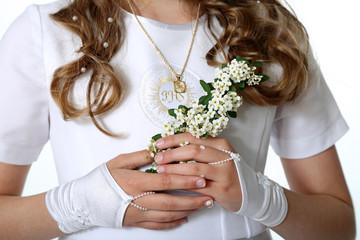 Klatka piersiowa dziewczynki w stroju komunijnym, kwiaty.