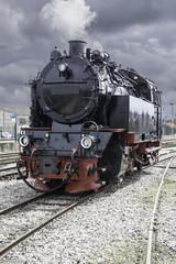 Locomotive à vapeur sous ciel très sombre, Baie de Somme, Picardie, France