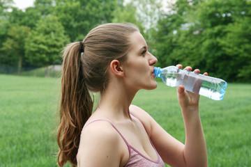 junge hübsche Frau beim Trinken