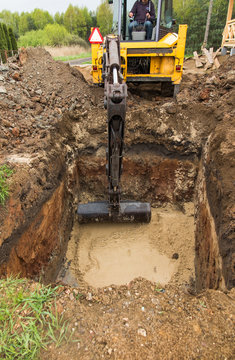 digging and leveling the bottom of the backyard septic tank