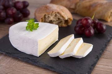 Camembert mit Brot und Weintrauben