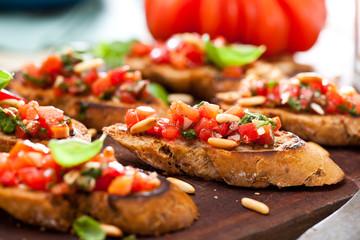 Frische Bruschetta mit Tomatensuppe