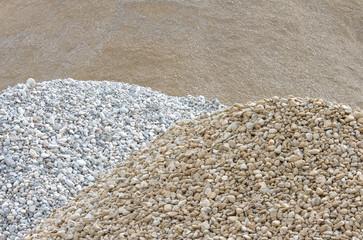 Verschiedene Gesteinshaufen bzw. Sandhaufen