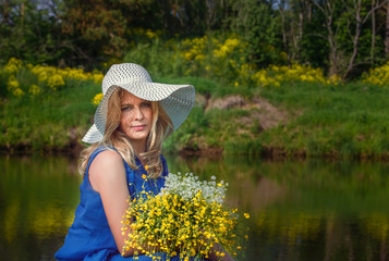 Портрет красивой женщины на природе