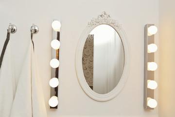 miroir de salle de bain ovale avec éclairages ampoules