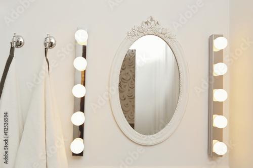miroir de salle de bain ovale avec clairages ampoules stockfotos und lizenzfreie bilder auf. Black Bedroom Furniture Sets. Home Design Ideas