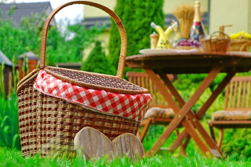 Aluminium Prints Picnic Close-up Of Picnic Basket With Checkered Cloth On The Lawn