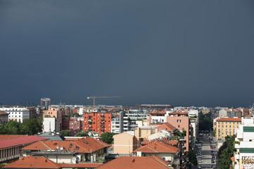 Cielo cupo e nero su Milano
