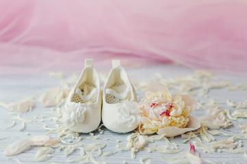 Милые беленькие туфельки  для маленькой девочки и розовый цветок