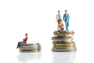 ミニチュア,お金の上に立っている男性,比較