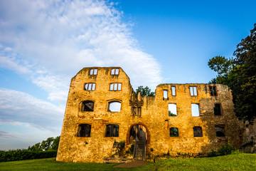 Blick durch ein Fenster der Burg Landskron in Oppenheim auf die umliegende Landschaft im Sonnenaufgang