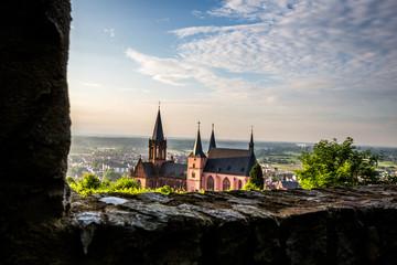 Blick auf die Katharinenkiche in Oppenheim von der Burg Landskron aus