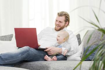 Papa mit Sohn am Laptop