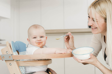 Mama füttert das Baby